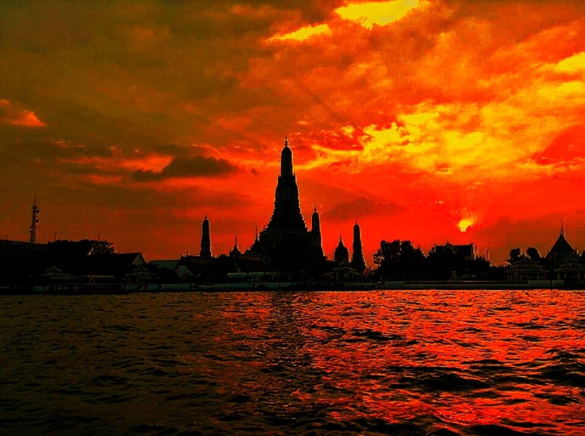 THE SUNSET AT WAT ARUN, TEMPLE OF DAWN